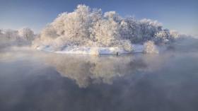 静静的河水像一块碧玉,明净中有些深邃