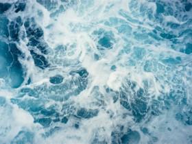 生命便赋予我们将在汹涌的大潮之中不停地颠簸