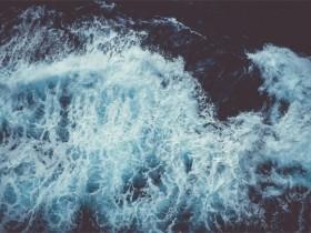 潮涌的心在无奈中渐渐变得沉寂而淡漠